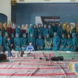 Mahasiswa FKIP Unisba Blitar bersama peserta pelatihan limbah kopi di Desa Mronjo.(Foto : Team BlitarTIMES)