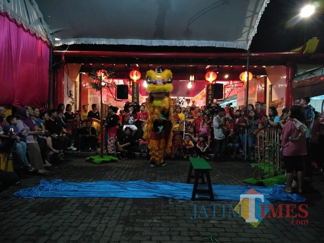 Pertunjukan barongsai di Klenteng Poo An Kiong.(Foto : Team BlitarTIMES)