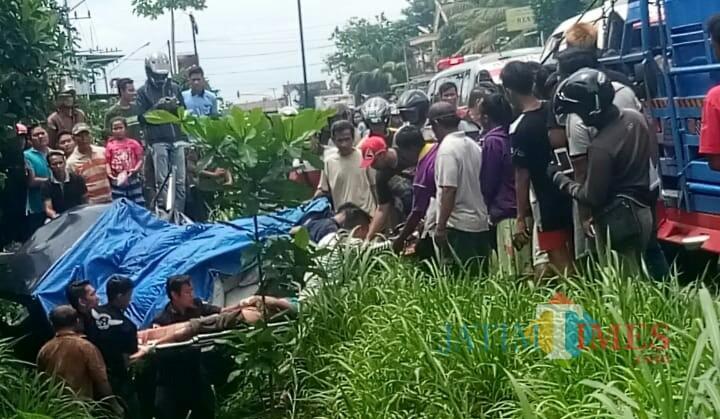 Petugas mengevakuasi satu korban terempas ke larit akibat laka beruntun di Ngantru. / Foto : Istimewa / Tulungagung TIMES