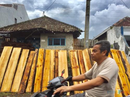 Kayu-kayu untuk kerajinan yang dijemur di depan rumah di Kecamatan Junrejo. (Foto: Irsya Richa/MalangTIMES)