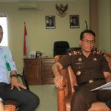 Kepala Kejaksaan Negeri (Kajari) Probolinggo Martiul Chaneago saat memberi penjelasan soal kasus Suhadak dengan didampingi Kasi Intel Herman Hidayat.  (Agus Salam/Jatim TIMES)