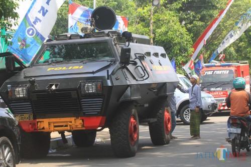 Kendaraan lapis baja Brimob Polda Jatim disiapkan di acara sertijab.  (Agus Salam/Jatim TIMES)