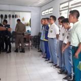 Anggota Satpol PP Jombang saat memberikan pembinaan terhadap sejumlah pelajar yang terjaring razia. (Foto : Adi Rosul / JombangTIMES)