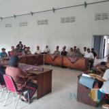 Belasan warga datangi kantor Kecamatan Pakel sampaikan aspirasi (Foto : Anang Basso/Tulungagung TIMES)