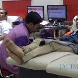 Petugas tengah melakukan proses donor di kantor UTD PMI Kota Malang. (Foto: Nurlayla Ratri/MalangTIMES)