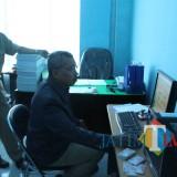 Proses pencetakan KIA di Dispendukcapil Kabupaten Blitar. (Foto : Aunur Rofiq/BlitarTIMES)