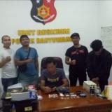 Rusli (baju/jaket hitam), pasca ditangkap dan diinterogasi di Mapolsek Kota sesaat sebelum proses diserahkan ke Satresnarkoba Polres Banyuwangi