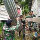 Satgas Pamtas Yonif 511/DY evakuasi rumah terdampak longsor.(Ist)