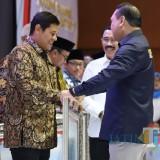 Walikota Kediri Abdullah Abu Bakar menerima penghargaan dari menteri  PANRB. (Eko Arif s /JatimTimes)