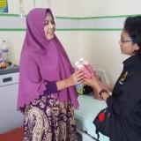 Wartawan membagikan jus jambu kepada keluarga penderita DBD yang menunggu di rumah sakit.(Ist)