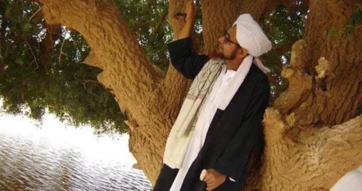 al-Habib Umar bin Hafidz saat mengunjungi pohon Sahabi, atau juga dikenal sebagai pohon sahabat Nabi Muhammad SAW (youtube).