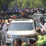 Wali Kota Hadi Zainal Abidin disambut hangat pelajar dan warga saat dalam perjalanan menuju tempat sertijab.  (Agus Salam/Jatim TIMES)