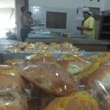 Para karyawan pabrik roti orion sedang memproduksi roti. (eko Arif s /JatimTIMES)