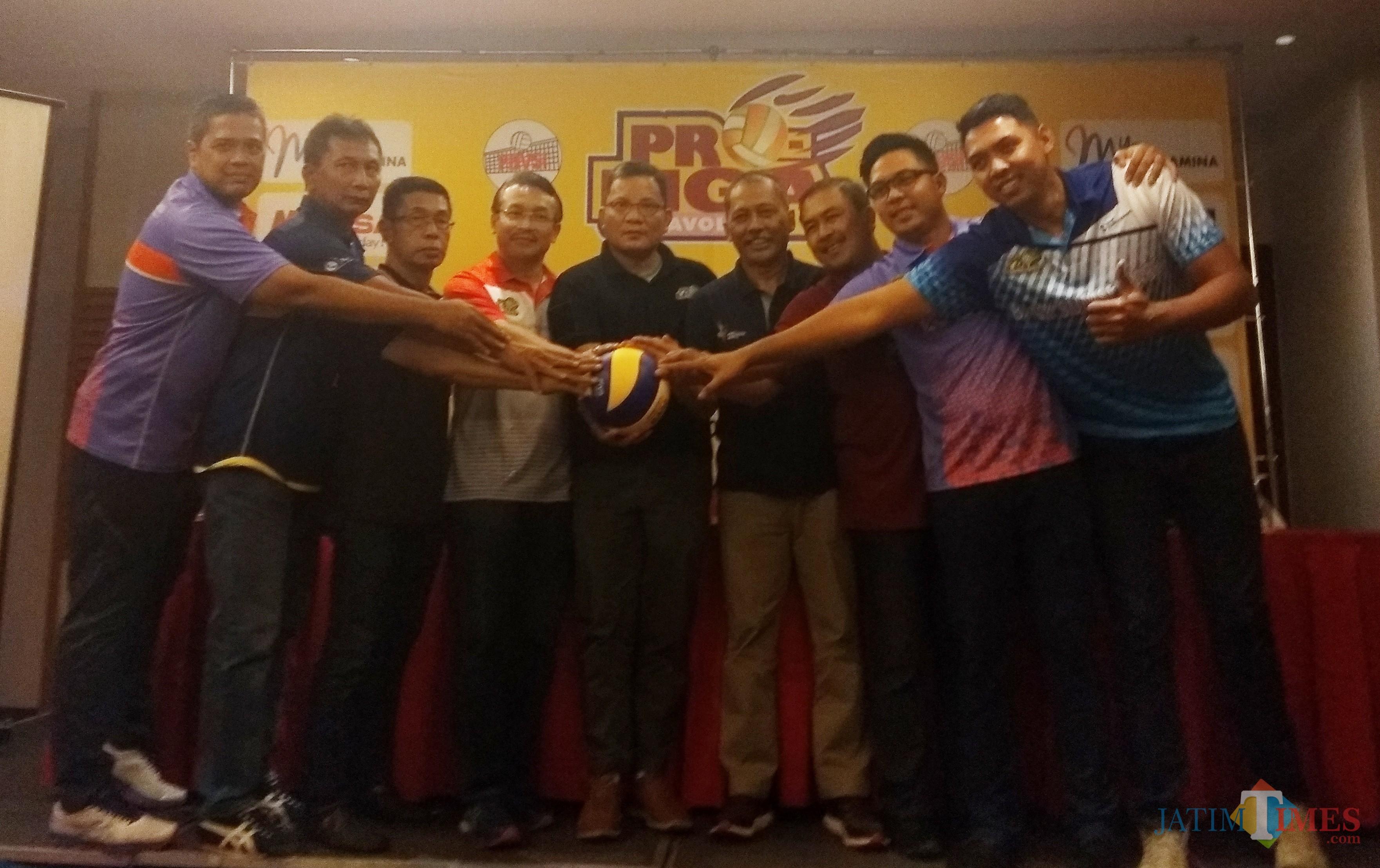 Para manajer klub bola voli saat mengadakan konferensi pers. (eko Arif s /JatimTimes)