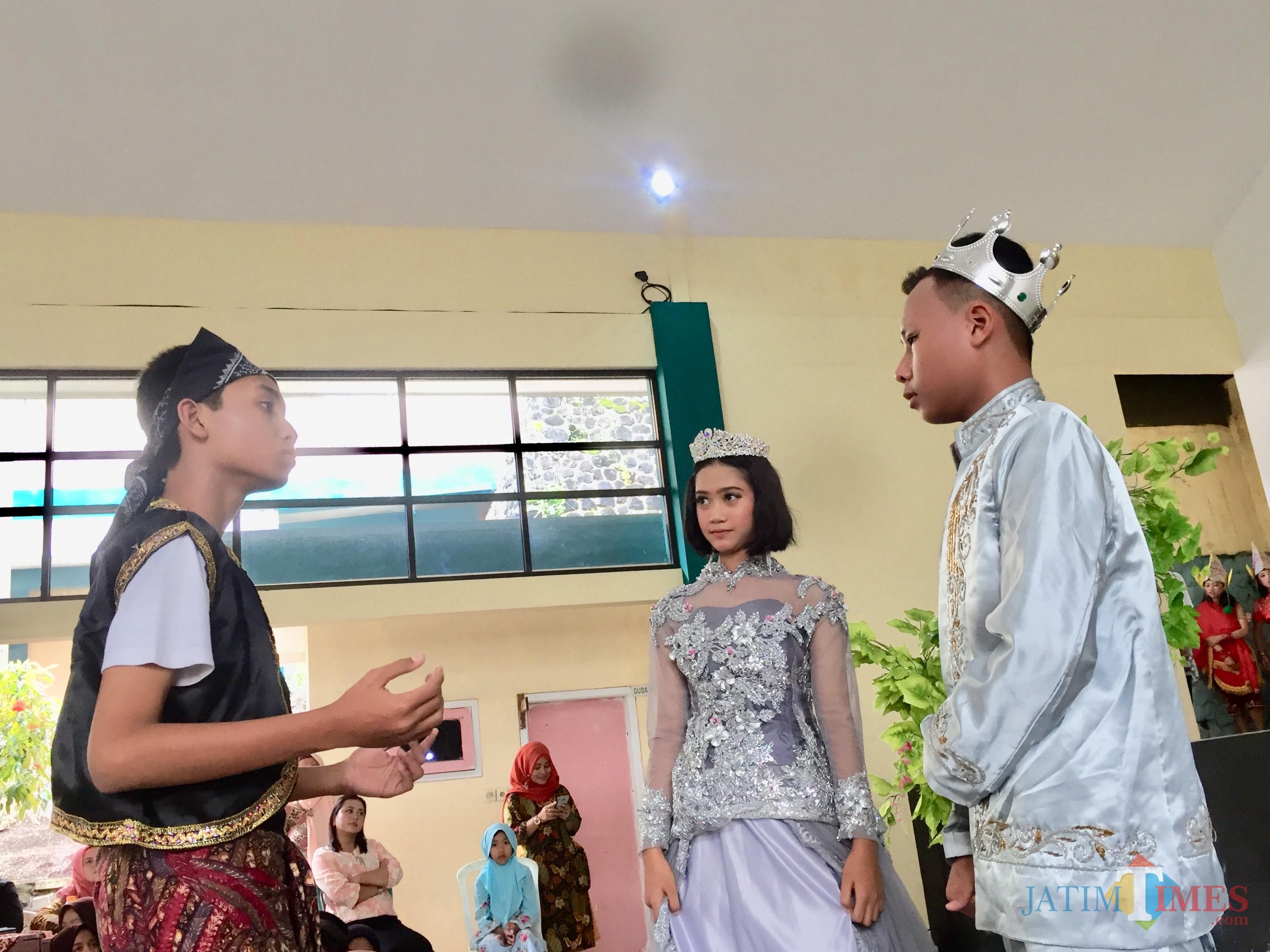 Penampilan siswa kelas VIII A dengan topik fiksi kerajaan di aula SMPN 1 Batu, Kamis (7/2/2018). (Foto: Irsya Richa/MalangTIMES)