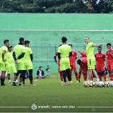 Milomir Seslija saat memberikan arahan kepada pemain Arema FC (official Arema FC)