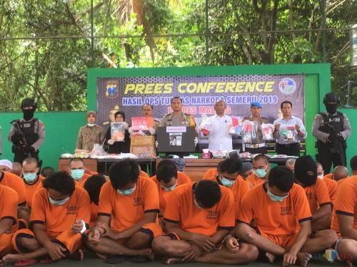 Puluhan tersangka yang diamankan dalam giat Operasi Tumpas Narkoba Semeru 2019 di Kabupaten Malang. (Foto : Ashaq Lupito / MalangTIMES)