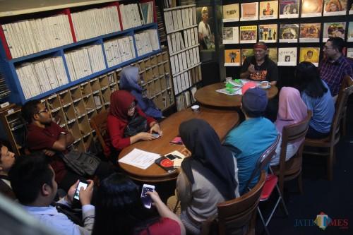 Hengky Herwanto menjelaskan sejarah musik Indonesia kepada mahasiswa Pascasarjana Manajemen Media Universitas Brawijaya Malang, Rabu (7/2/2019). (Luqmanul Hakim/Malang Times