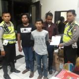 Dua pelaku jaringan peredaran narkoba saat diamankan petugas kepolisian, Kabupaten Malang (Foto : Satlantas Polres Malang for MalangTIMES)