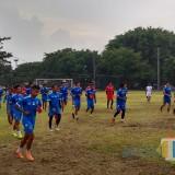 Pemain Arema FC saat menjalani latihan di lapangan luar Stadion Gajayana. (Hendra Saputra/MalangTIMES)