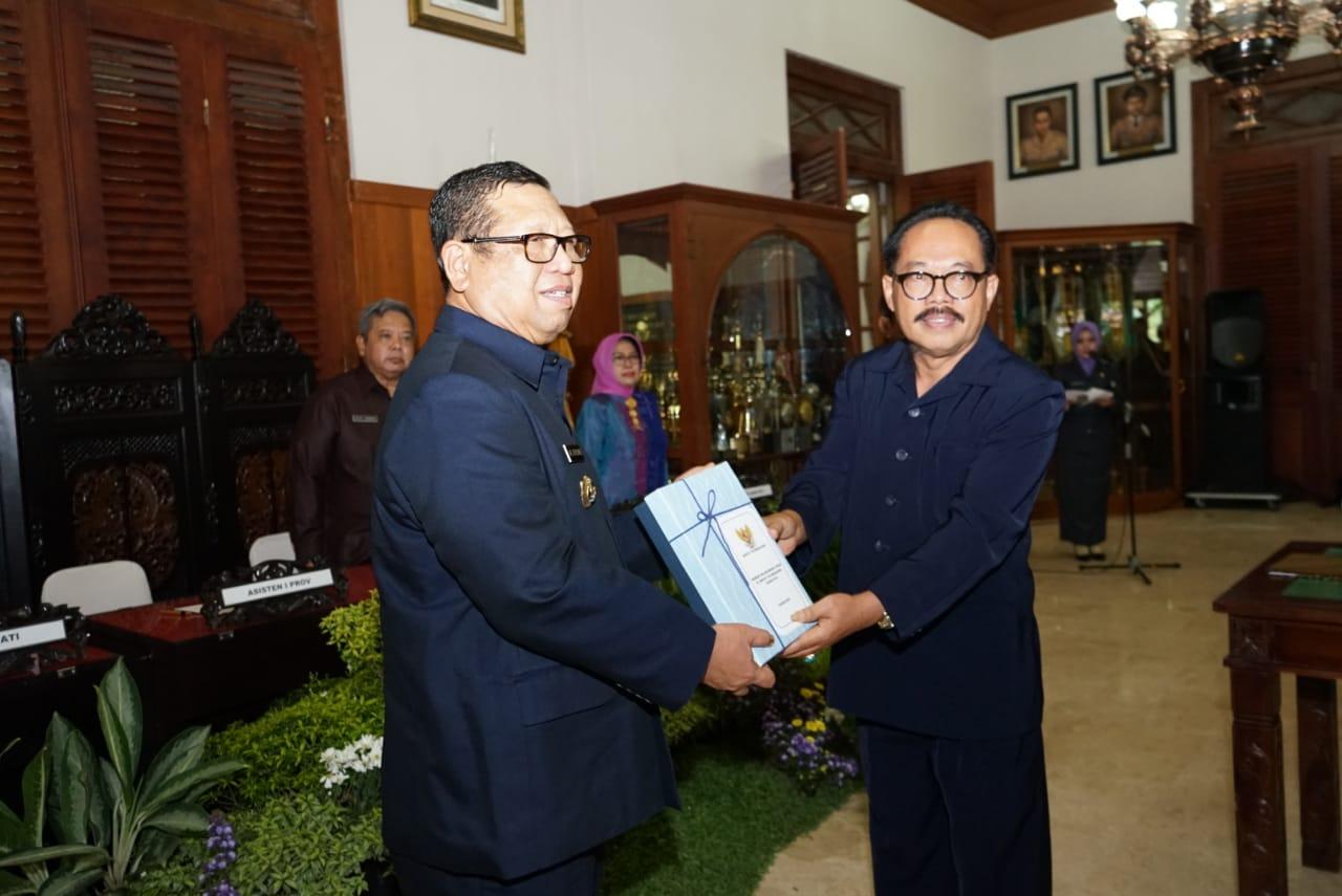 Plt Bupati Tulungagung, Maryoto Birowo menerima memori pekerjaan dari Pj Bupati Tulungagung, Jariyanto (foto : dok Humas Pemkab)