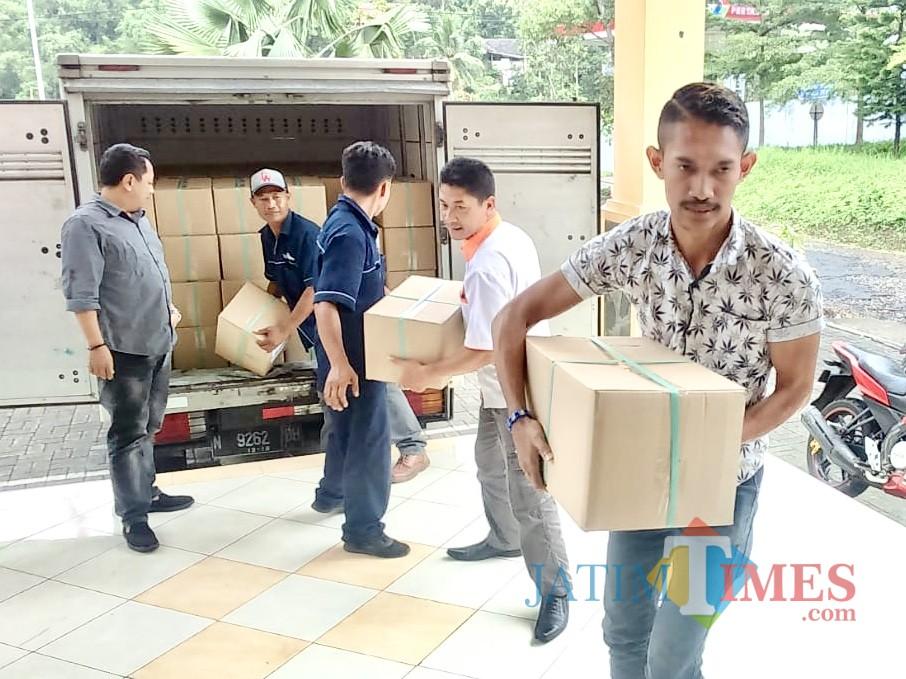 Surat suara dalam kotak yang datang di KPU Kota Batu (Foto: Irsya Richa/ MalangTIMES)