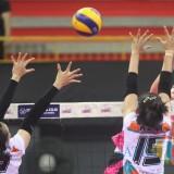 Tim Putri Jakarta Pertamina Energi dengan BNI 46 saat pertandingan. (eko Arif s /JatimTIMES)