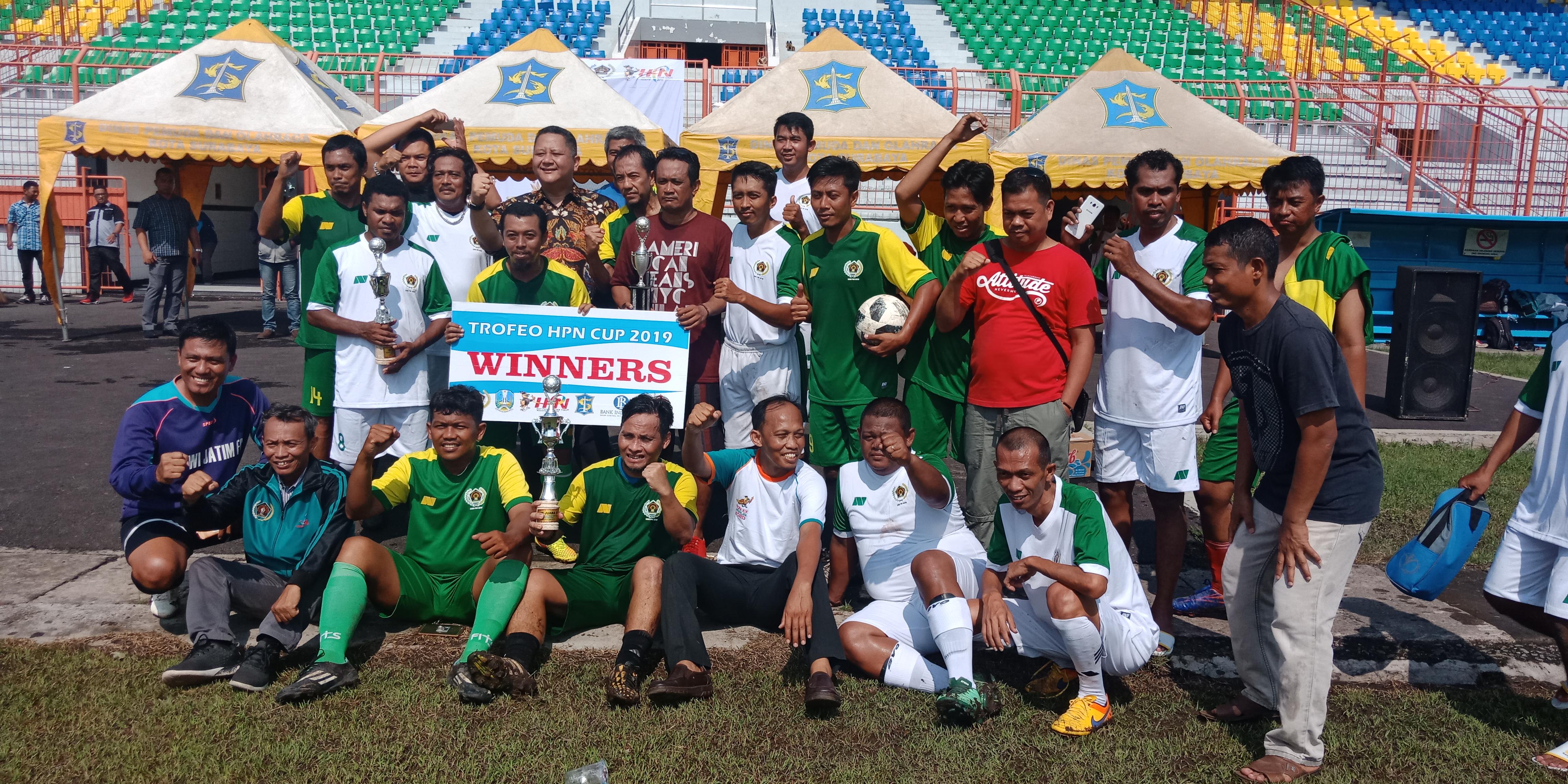 Wakil Wali Kota Surabaya Wisnu Sakti Buana saat menyerahkan Piala Trofeo Tim.