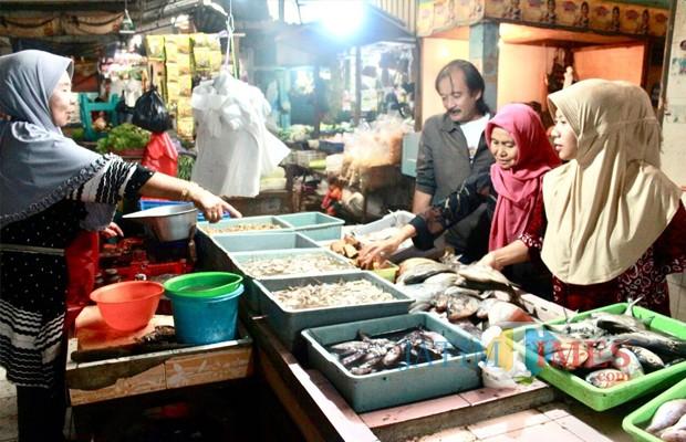 Beberapa konsumen sedang memilih ikan dibedak Istiqomah Pasar Besar Kota Batu. (Foto: Irsya Richa/MalangTIMES)
