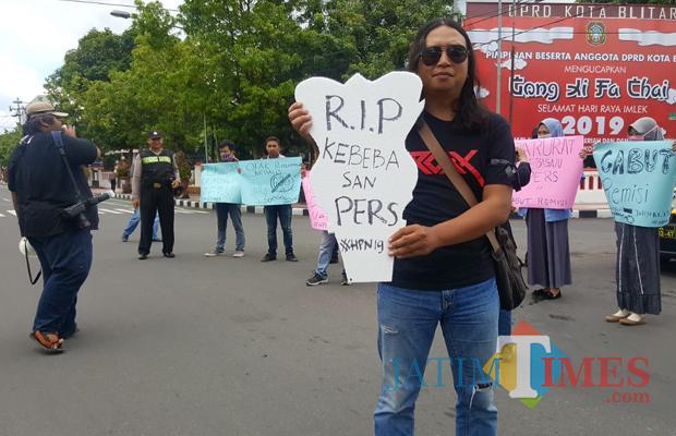 Aksi peringatan HPN yang digelar wartawan dan mahasiswa Blitar.(Foto : Team BlitarTIMES)