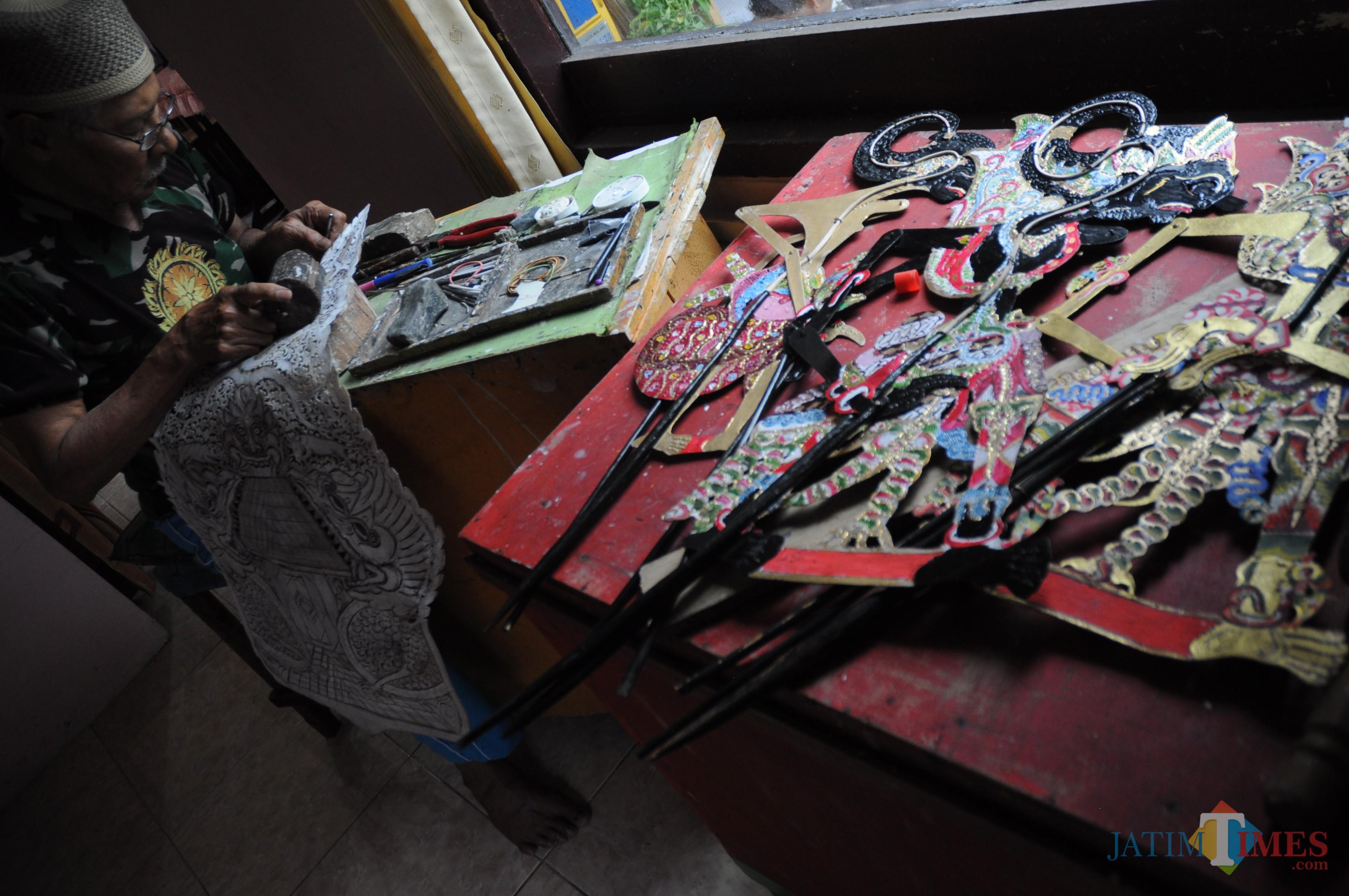 Proses pembuatan wayang kulit oleh Rachmad Susmedi (Luqmanul Hakim/Malang Times)