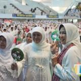 Khofifah Indar Parawansa (tengah) saat hadir dalam acara Istighotsah dan Deklarasi Jaringan Kyai-Santri Nasional (JKSN) Malang Raya, Minggu (10/2/2019) di GOR Ken Arok. (Yogi/MalangTIMES).