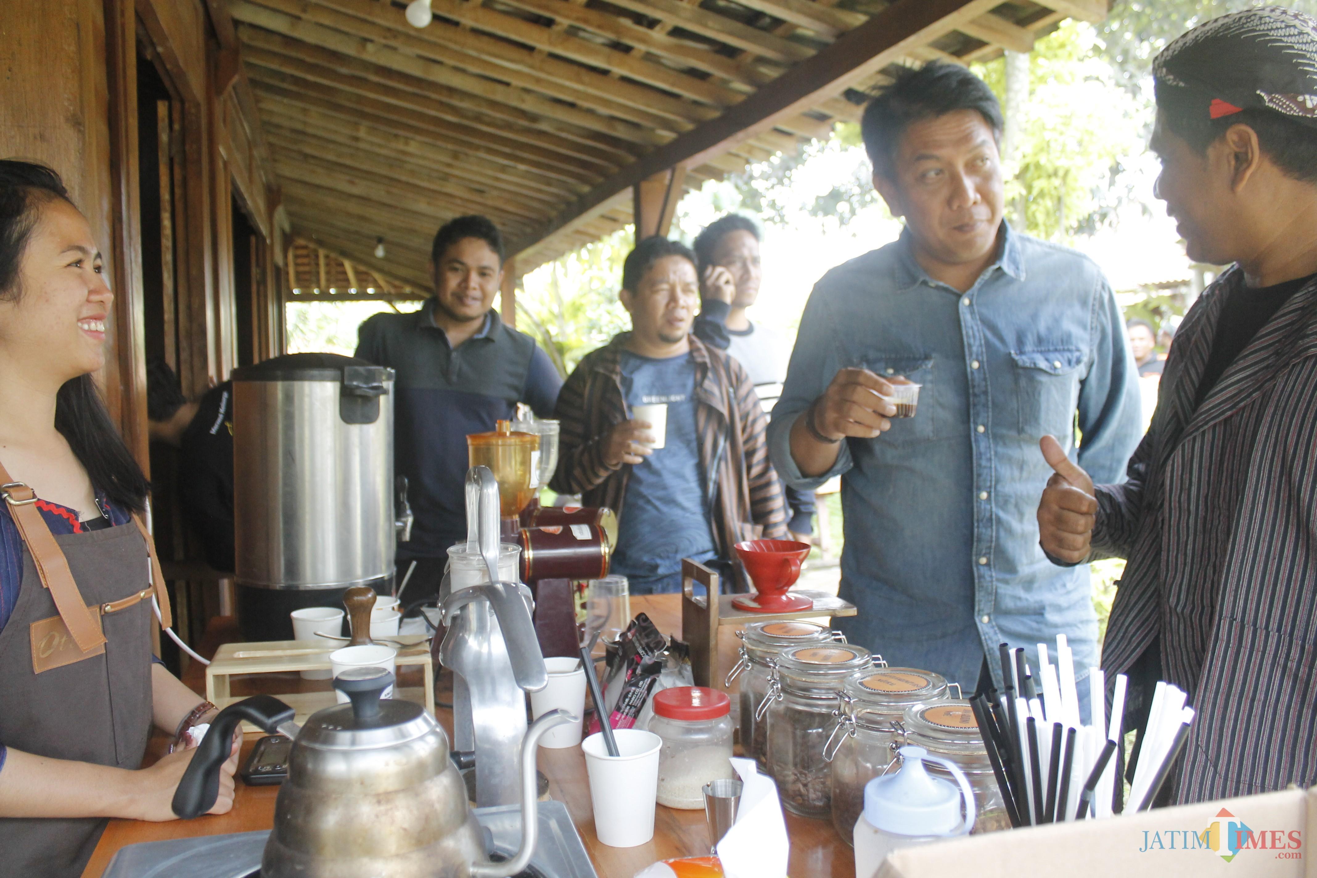 Kepala Dinas Kebudayaan dan Pariwisata (Disbudpar) Made Arya Wedhantara saat mencicipi kopi khas Malang di Van Java.