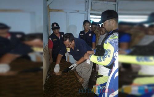 Petugas saat mengevakuasi dan melakukan identifikasi pada jenazah Kasuri korban gantung diri, Kecamatan Singosari (Foto : Istimewa)