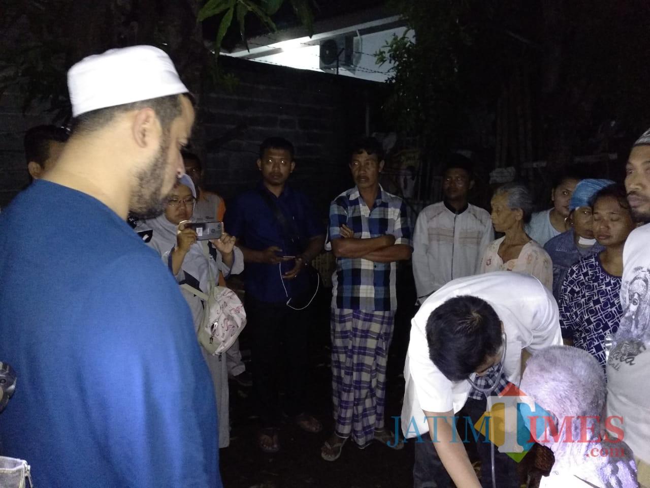 Djuhar saat diperiksa dokter di rumahnya disaksikan wali kotaHadi Zainal Abidin (Agus Salam/Jatim TIMES)