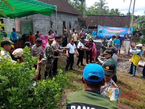 Jajaran kepolisian beserta tamu undangan saat meninjau kegiatan bedah rumah, Kecamatan Donomulyo (Foto : Polsek Donomulyo for MalangTIMES)