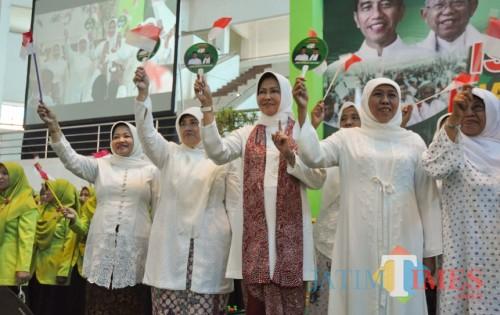 Khofifah Indar Parawansa (dua dari kanan) didampingi Dewanti Rumpoko saat hadir dalam acara Istighotsah dan deklarasi JKSN Malang Raya. (Yogi Iqbal/MalangTIMES).