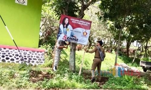 Petugas satpol PP saat menertibkan APK Pemilu 2019 di Kecamatan Junrejo. (Foto: istimewa)