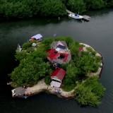 Pulau yang terbuat dari botol bekas.