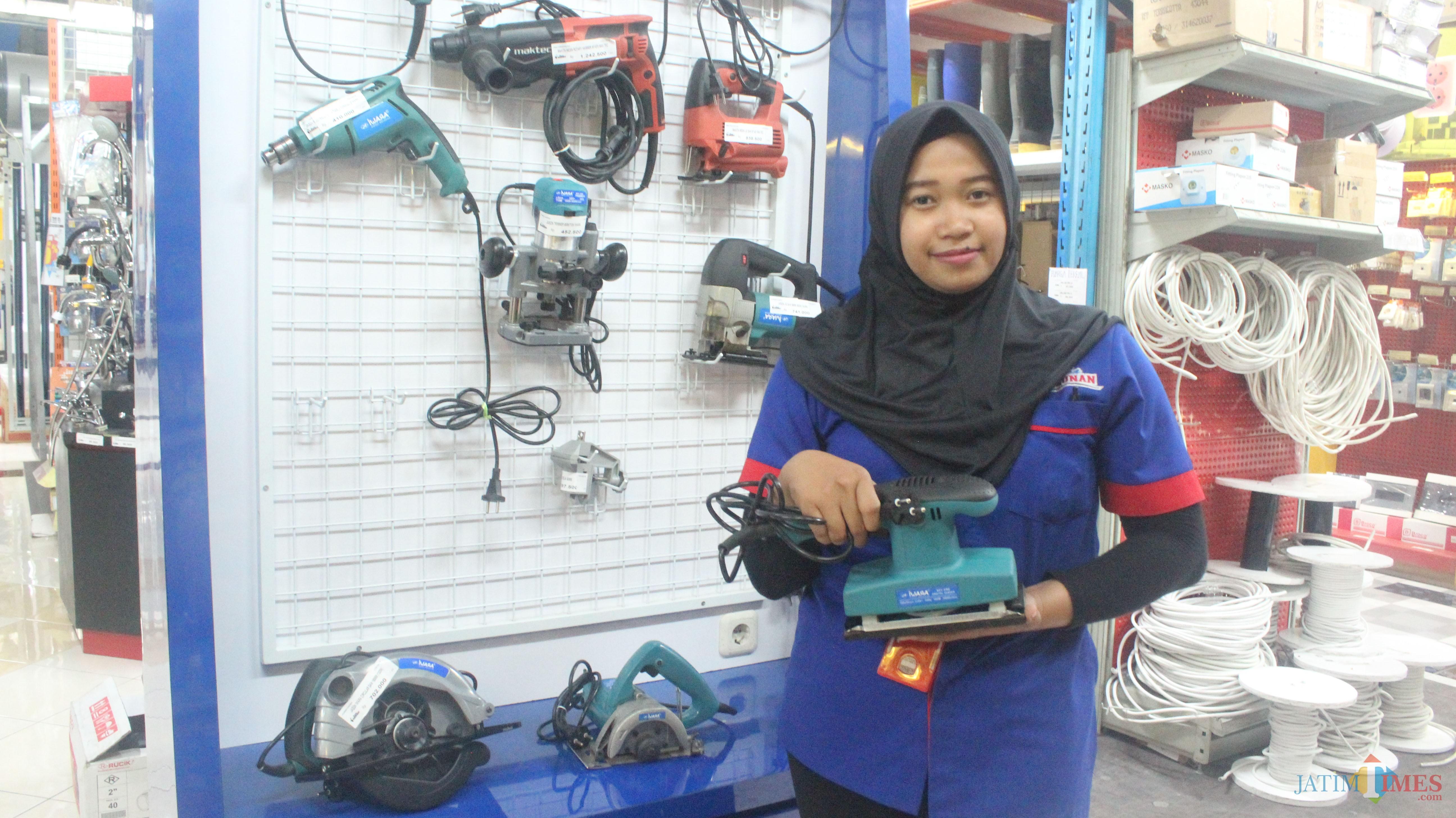 Karyawan menunjukkan alat pertukangan koleksi terbaru Graha Bangunan.(Foto : Aunur Rofiq/BlitarTIMES)