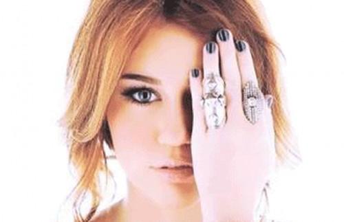 Miley Cyrus saat berpose All Seeing Eye. Dirinya diduga sedang menyebarkan simbol Illuminati di dunia (Ist)