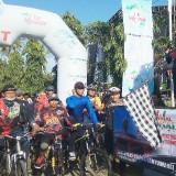 Kapolres Banyuwangi AKBP Taufik H.Z. melepas para peserta Tour De Sawah.