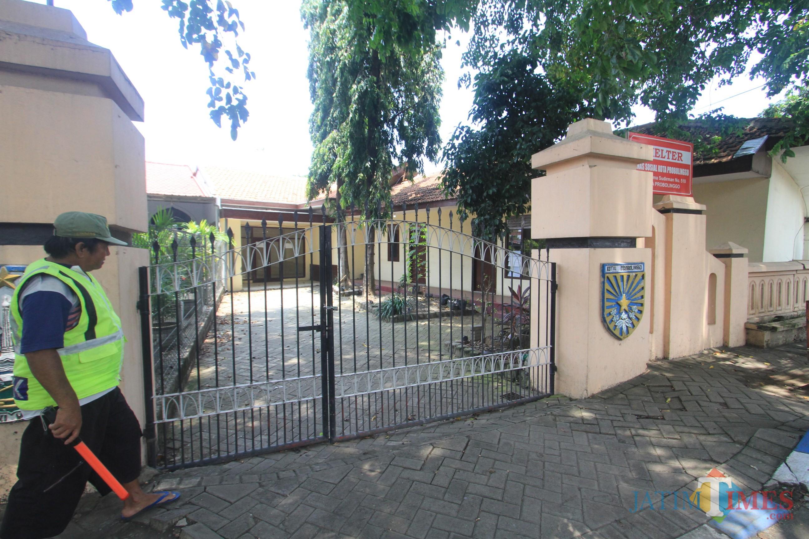 Shelter di Jalan Panglima Sudirman sudah tidak ditempati oleh Dinsos.  (Agus Salam/Jatim TIMES)