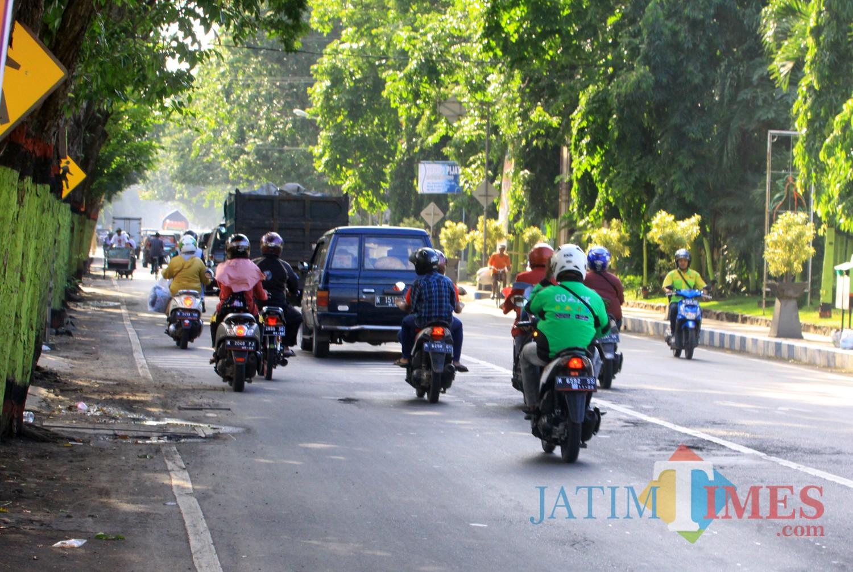 Salah satu gojek online tengah melintas di jalan Kota Probolinggo (Agus Salam/Jatim TIMES)