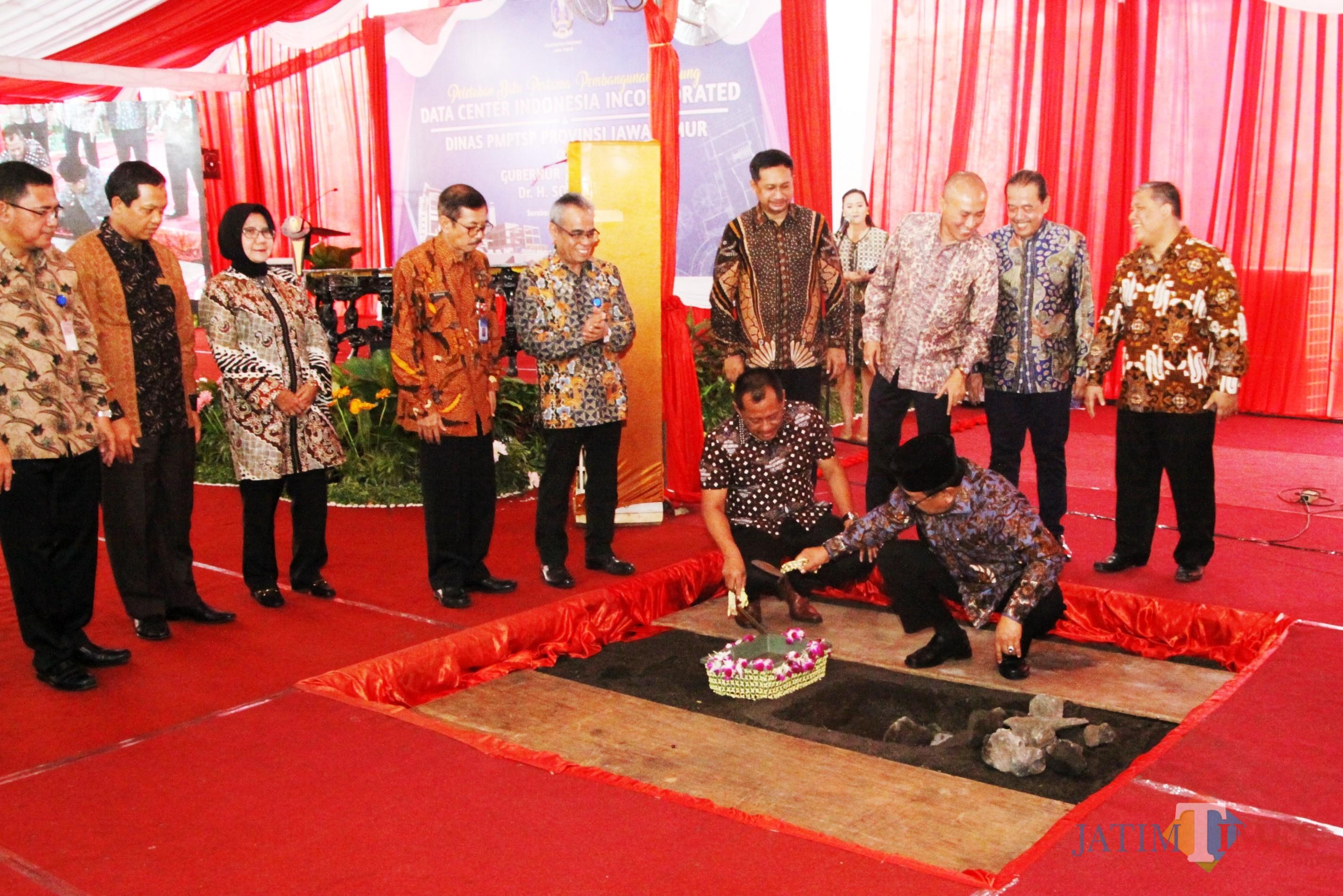 Soekarwo Didampingi Sekda Prov Jatim Melakukan Peletakan Batu Pertama Pembangunan Gedung Data Center Indonesia Incorporated