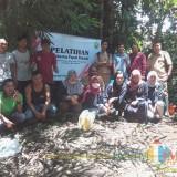 Pembuatan Pupuk Bokasi oleh Karang Taruna Desa Pekalangan Bondowoso dan mahasiswa KKN UNEJ788 Angkatan tahun 2019, Senin (11/2/2019) (Foto : Moh Fajri/BondowosoTIMES)