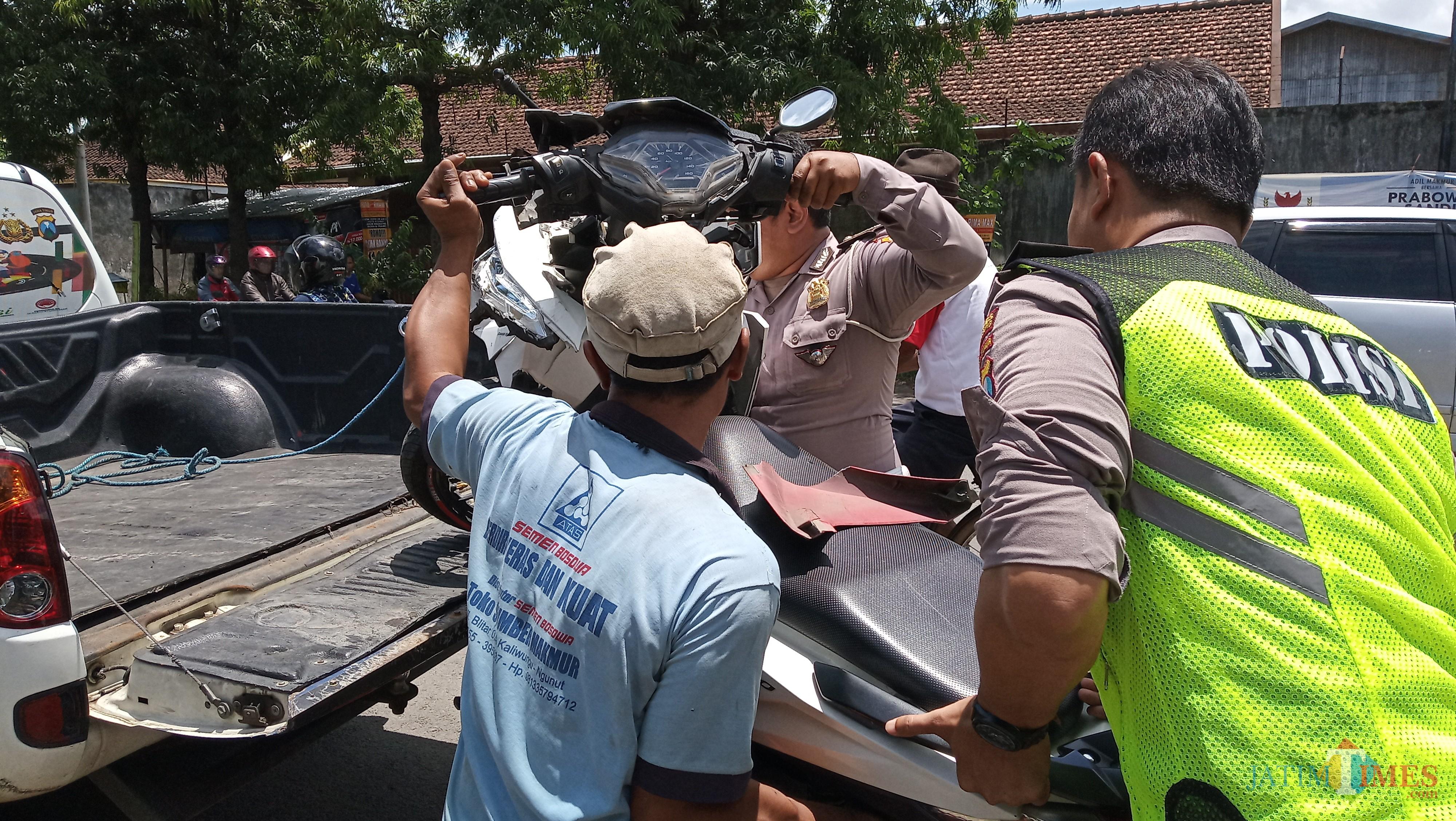 Petugas saat mengamankan kendaraan korban kecelakaan (foto:  Joko Pramono/JatimTIMES)
