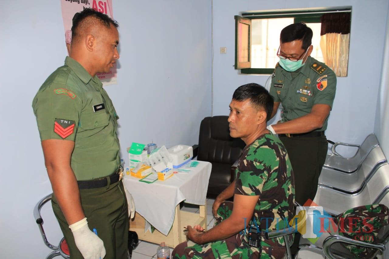 Anggota Kodim 0808/Blitar ikuti suntik vaksin hepatitis.(Foto : Team BlitarTIMES)