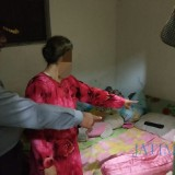 Ibu korban tunjukkan lokasi dugaan percobaan cabul yang dialami anaknya pada polisi (Foto : Dokpol / TulungagungTIMES)