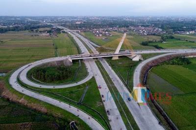 Ilustrasi jalan tol yang berakibat pada jalur jalan berstatus kabupaten rusak karena lalulalang kendaraan pengangkut material berbobot berat (Ist)